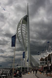 La torre famosa del spinnaker en el puerto de Portsmouth en la costa sur de Inglaterra con el negocio local que vuelve a sus ofic Fotografía de archivo