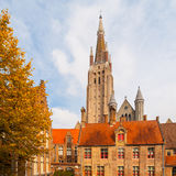 La torre gotica della chiesa della nostra signora a Bruges è la seconda torre della muratura più alta nel mondo Fotografie Stock Libere da Diritti