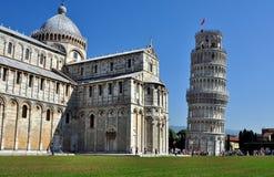 La torre inclinada de Pisa con la catedral Foto de archivo