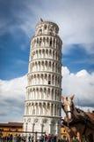 La torre inclinada de Pisa con un caballo en el primero plano Fotos de archivo libres de regalías