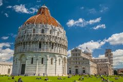 La torre inclinada de Pisa, del Duomo y del baptisterio Imagen de archivo libre de regalías
