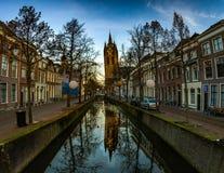La torre inclinada del viejo kerk del oude de la iglesia en cerámica de Delft Fotos de archivo