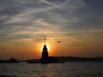 La torre Kız Kulesi de la doncella en la puesta del sol imagen de archivo