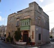 La torre maltesa convirtió a un restaurante con el balcón tradicional Mosta, Malta Imagen de archivo libre de regalías