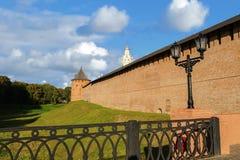 La torre metropolitana y torre de reloj de Novgorod el Kremlin Fotografía de archivo libre de regalías