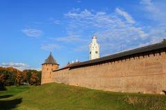La torre metropolitana y torre de reloj de Novgorod el Kremlin Imágenes de archivo libres de regalías