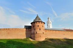 La torre metropolitana y torre de reloj de Novgorod el Kremlin en Veliky Novgorod, Rusia fotos de archivo