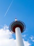 La torre nel cielo con l'aeroplano vola vicino fotografia stock