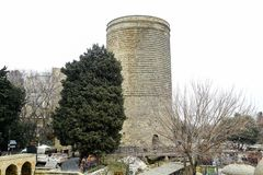 La torre nubile anche conosciuta come Giz Galasi, situato nella vecchia città a Bacu, l'Azerbaigian La torre nubile è stata costr fotografia stock libera da diritti