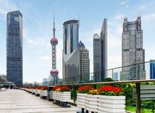 La torre oriental de la perla y otros rascacielos en Shangai Fotografía de archivo