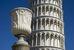 La torre pendente di Pisa con una statua in priorità alta Immagine Stock Libera da Diritti