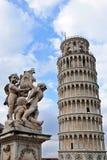 La torre pendente di Pisa e statua degli angeli Fotografie Stock Libere da Diritti