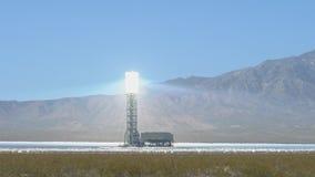 La torre solare del sistema di generazione elettrico-solare di Ivanpah stock footage