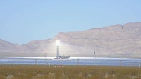 La torre solare del sistema di generazione elettrico-solare di Ivanpah archivi video