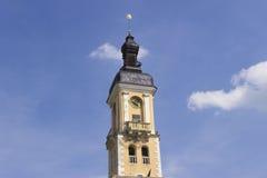 La torre vieja del reloj de la ciudad fotos de archivo