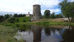 La torre vieja en el río de Pskov en un día nublado de junio Pskov, Rusia metrajes