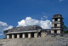 La torre y el palacio en Palenque en Chiapas, Mexic foto de archivo