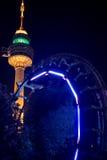La torre y el roller coaster, Corea del Sur de Daegu de las iluminaciones de la noche estrellada de la torre del parque de Duryu Imagen de archivo
