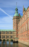 La torre y la fosa del castillo de Frederiksborg se escudan Fotos de archivo libres de regalías