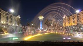 La torre y la fuente de Bayterek muestran en el hyperlapse del timelapse de la noche Astana, Kazakhstan almacen de video