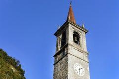 La torre y las campanas de San Giorgio Church en Varenna Fotografía de archivo libre de regalías