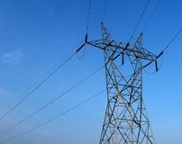 La torretta del trasporto di energia ha connesso dai cavi Fotografia Stock Libera da Diritti