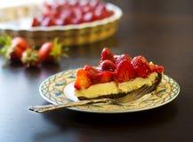 La torta agria de la fresa con el relleno poner crema y la hornada moldean Fotografía de archivo
