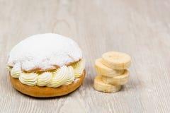 La torta blanca del plátano en la tabla Imagen de archivo libre de regalías