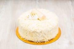 La torta blanca en la tabla Fotografía de archivo libre de regalías