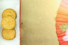La torta china de la luna y la fan china oriental roja para celebran en mediados de festival del otoño Imágenes de archivo libres de regalías