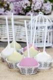 La torta colorida hace estallar en servilleta de la arpillera Imagen de archivo