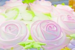 La torta con è aumentato Fotografia Stock Libera da Diritti