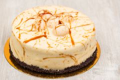 La torta con caramelo en la tabla Fotografía de archivo libre de regalías