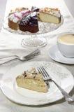 La torta con el chocolate se encrespa en una placa Fotografía de archivo libre de regalías