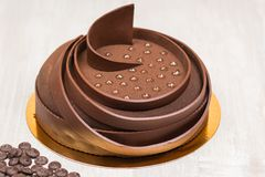 La torta con helar puntea en la tabla Foto de archivo libre de regalías