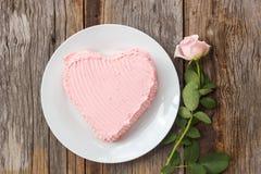 La torta de chocolate adorna con mantequilla poner crema rosada Imagen de archivo libre de regalías