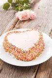 La torta de chocolate adorna con mantequilla poner crema rosada y suga colorido Imagen de archivo libre de regalías