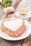 La torta de chocolate adorna con mantequilla poner crema rosada y suga colorido Fotografía de archivo