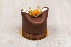 La torta de chocolate con la baya en la tabla Imagenes de archivo