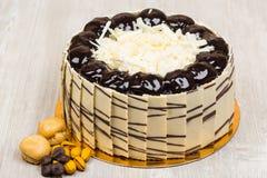 La torta de chocolate deliciosa en la tabla Fotografía de archivo libre de regalías