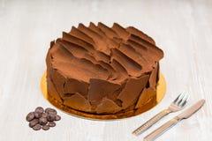 La torta de chocolate en la tabla Foto de archivo