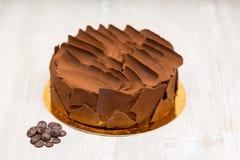 La torta de chocolate en la tabla sin las cucharas Imagen de archivo