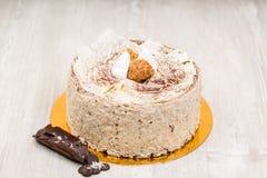 La torta de chocolate de la esponja en la tabla Imagen de archivo libre de regalías