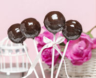La torta de chocolate hace estallar en fondo romántico rosado imágenes de archivo libres de regalías