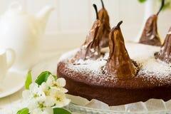 La torta de chocolate hecha en casa con las peras adornó el flor de la pera Fotos de archivo libres de regalías