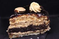 La torta de la chocolate-nuez de la porción colocó en una bandeja de piedra natural, conveniente para una cena romántica imágenes de archivo libres de regalías