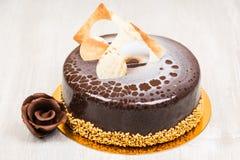 La torta de chocolate y el chocolate florecen en la tabla Imagenes de archivo