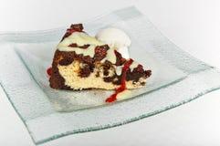 La torta de la cuajada del chocolate con la fresa y la vainilla sauce imagen de archivo