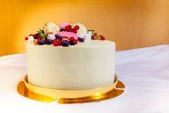 La torta de cumpleaños con crema, la fruta fresca y las bayas resbalan Foto de archivo
