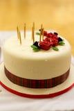 La torta de cumpleaños con tarten, las rosas y los candels Imágenes de archivo libres de regalías